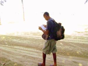 Caminhar e ler virou rotina na vida do morador de rua